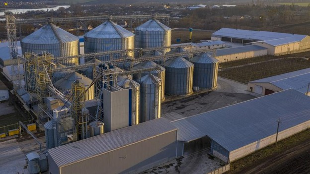 A liquid bulk fertilizer chemical processing plant view from above.